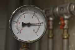 Mètre de pression et conduites d'eau industriels Photographie stock