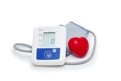 Mètre de tension artérielle de Digital avec le symbole de coeur d'amour sur le fond blanc Photos stock
