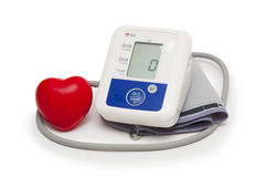 Mètre de tension artérielle de Digital avec le symbole de coeur d'amour sur le fond blanc Image libre de droits