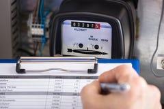 Mètre de Writing Reading Of de technicien sur le presse-papiers image libre de droits