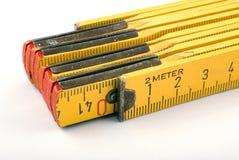 Mètre en bois jaune Images stock
