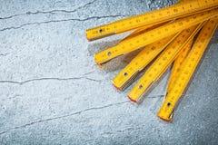 Mètre en bois sur le concept métallique de construction de fond Photo libre de droits
