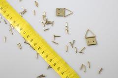 Mètre et pointes jaunes photos stock