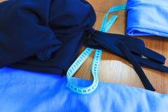 Mètre et tissu de couture sur la table Photo libre de droits
