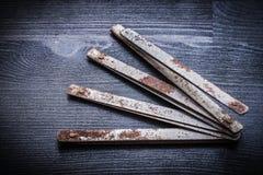 Mètre métallique ouvert de vintage sur le conseil en bois Image libre de droits