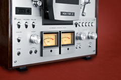 Mètre ouvert de l'enregistreur vu de platine du dérouleur de bobine de stéréo analogue Photographie stock libre de droits
