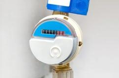 Mètre par radio moderne bleu de compteur de l'eau image stock