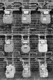 Mètres électriques groupés de gaz contre l'immeuble de brique photo libre de droits
