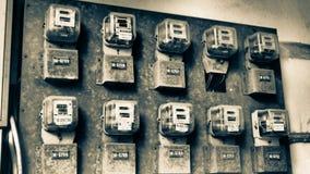 Mètres de l'électricité de vieil appartement photos stock