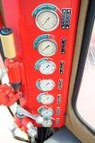 Mètres ou mesure dans la carlingue de grue pour la charge maximum de mesure, la vitesse de moteur, la pression hydraulique, la te Image libre de droits
