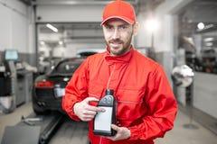 Mécanicien automobile avec de l'huile de voiture photos stock