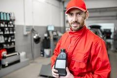Mécanicien automobile avec de l'huile de voiture images stock