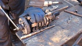 Mécanicien automobile travaillant à l'amortisseur dans le garage Photos libres de droits