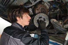 Mécanicien automobile travaillant sous la voiture et l'embrayage changeant images libres de droits