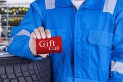 Mécanicien avec une carte cadeaux Photographie stock libre de droits