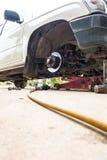 Mécanicien changeant une roue Photo libre de droits