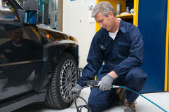 Mécanicien Checking Tyre Pressure Image stock
