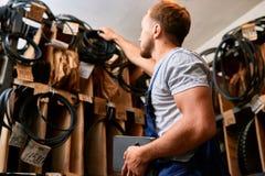 Mécanicien Choosing Parts dans la salle d'entreposage image libre de droits