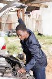 Mécanicien commandant le moteur d'une voiture Photos libres de droits