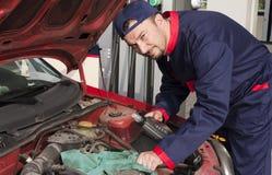 Mécanicien contrôlant l'engine Photo libre de droits