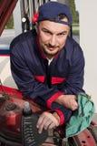 Mécanicien contrôlant l'engine Images stock