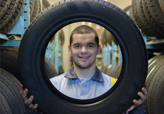Mécanicien d'automobile de dépanneurs avec le pneu de voiture Images stock