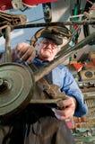 Mécanicien de bicyclette réparant une pédale Photographie stock libre de droits
