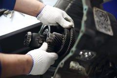 Mécanicien de garage d'atelier de réparation d'automobiles de réparation de réducteur de transmission de voiture photographie stock