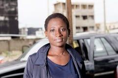 Mécanicien de jeune femme dans son atelier Image libre de droits
