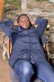 Mécanicien de jeune femme dormant dans un fauteuil Photos libres de droits