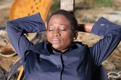 Mécanicien de jeune femme dormant dans un fauteuil Photo libre de droits