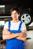 Mécanicien de véhicule dans l'atelier Photos stock
