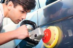 Mécanicien de voiture à la station service Image libre de droits