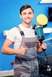 Mécanicien de voiture à la station service Photo libre de droits