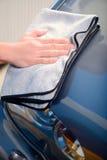 Mécanicien de voiture à la station service Image stock