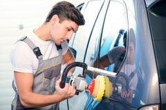 Mécanicien de voiture à la station service Images stock