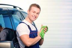 Mécanicien de voiture à la station service Photos stock