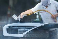 Mécanicien de voiture de peinture de jet, pulvérisateur de voiture, travail de réparation de peinture Photographie stock