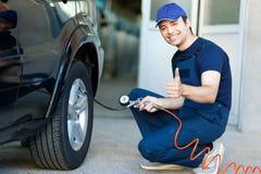Mécanicien de voiture professionnel travaillant dans le service des réparations automatique photos stock
