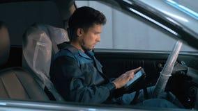 Mécanicien de voiture professionnel travaillant dans le service des réparations automatique moderne et vérifiant le moteur Images libres de droits