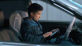 Mécanicien de voiture professionnel travaillant dans le service des réparations automatique moderne et vérifiant le moteur Photos libres de droits