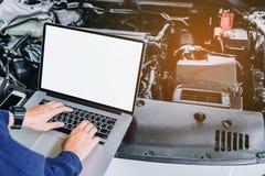 Mécanicien de voiture professionnel travaillant dans le service des réparations automatique utilisant l Image stock