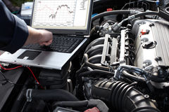 Mécanicien de voiture travaillant dans le service des réparations automatique.