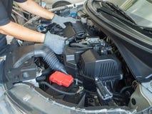 Mécanicien de voiture travaillant dans le service des réparations automatique Image libre de droits