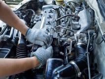 Mécanicien de voiture travaillant dans le service des réparations automatique Images libres de droits