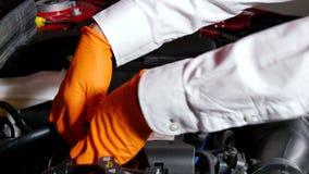 Mécanicien Disassembling le moteur de voiture clips vidéos
