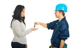 Mécanicien donnant des clés au femme Photo stock