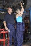 Mécanicien et apprenti travaillant au véhicule Photo stock