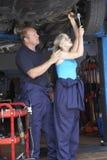Mécanicien et apprenti travaillant au véhicule Image stock