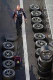 Mécanicien et beaucoup de pneus Images libres de droits